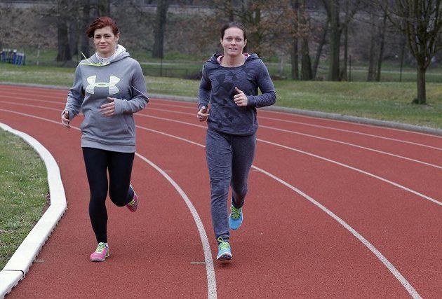 Adéla Hanzlíčková a Lenka Hocková-Martináková při běžeckém tréninku.