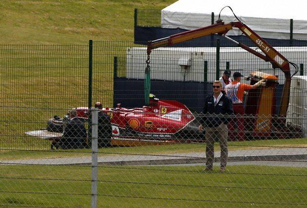 Fin Kimi Räikkönen havaroval hned v úvodu britské GP, jeho vůz bylo třeba odklidit, aby závod mohl být restartován.