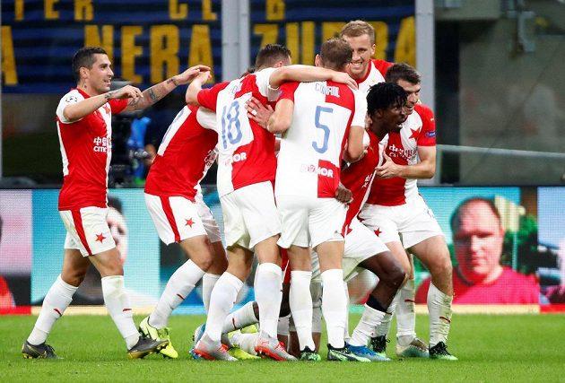 Obrovská radost fotbalistů Slavie po brance Petera Olayinky