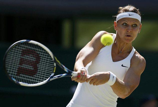 Lucie Šafářová odvrací míček v semifinále Wimbledonu proti Petře Kvitové.