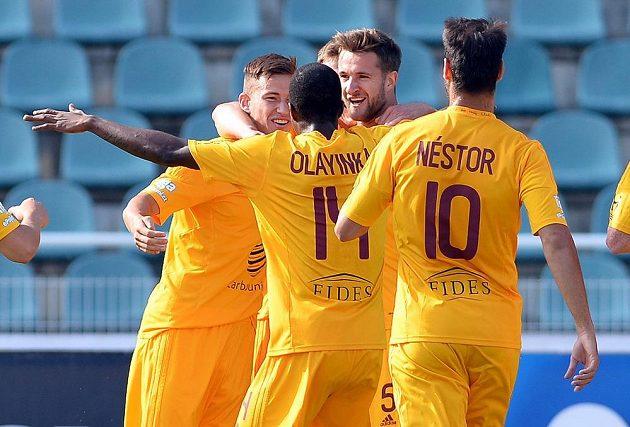 Fotbalisté Dukly se radují z branky proti Brnu.