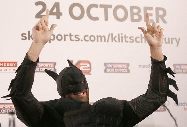 Brit Tyson Fury se na tiskové konferenci před bitvou s Kličkem představil v kostýmu Batmana.