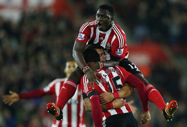 Cuco Martina ze Southamptonu oslavuje branku vstřelenou Arsenalu.