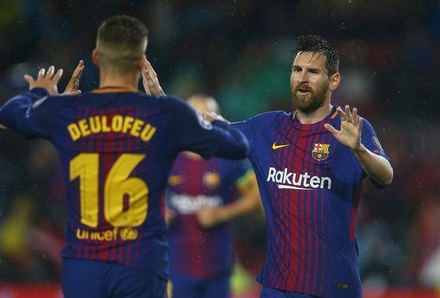 Barcelonští fotbalisté Lionel Messi a Gerard Deulofeu slaví gól v utkání Ligy mistrů proti Olympiakosu.