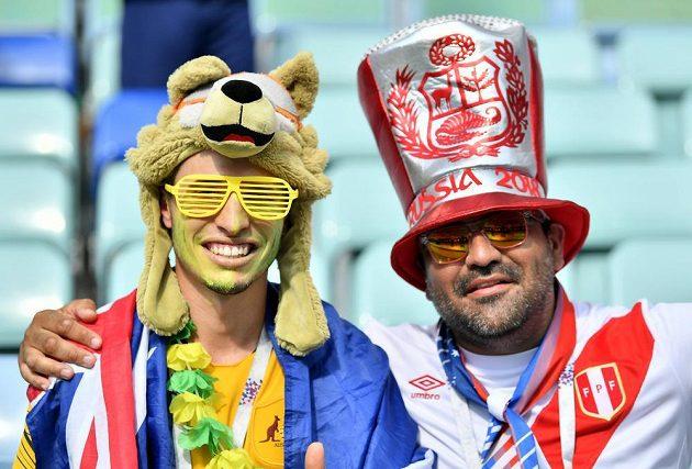 Navždy přáteli. Zleva fanoušek Austrálie a Peru.