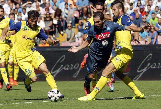 Neapolský Gonzalo Higuaín (v modrém) v utkání proti Chievu Verona.