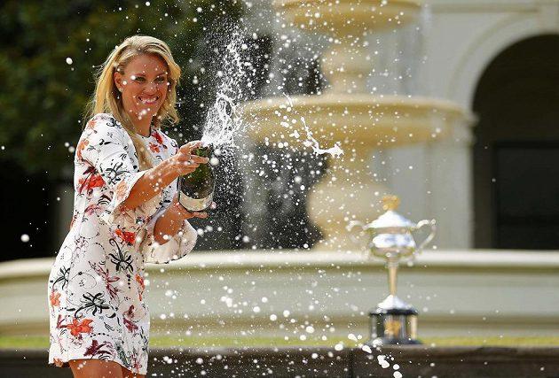 Vítězka Australian Open Angelique Kerberová otevírá před fotografy šampaňské den po svém triumfu.