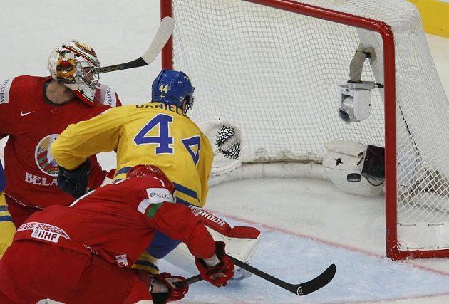 Švéd Nicklas Danielsson (44) právě skóruje, Kevin Lalande v běloruské bráně je překonán.