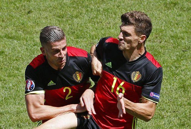 Belgičané Toby Alderweireld a Thomas Meunier při utkání s Irskem.
