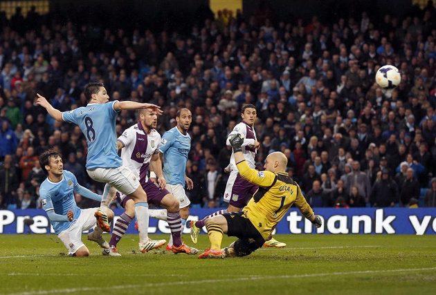 Takhle spálil Samir Nasri (druhý zleva) z Manchesteru City velkou šanci v závěru první půle ligového duelu proti Aston Ville.