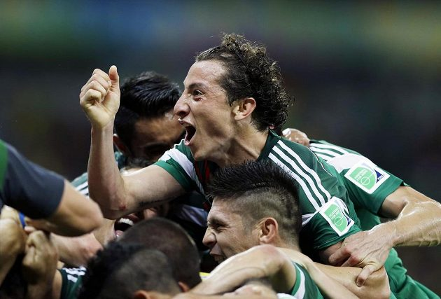 Andrés Guardado a Oribe Peralta (dole) se radují z druhého gólu mexického záložníka do sítě Chorvatska.