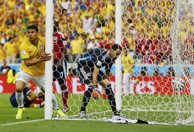 Radost a smutek. Brazilský střelec Thiago Silva (3) a kolumbijský brankář David Ospina.