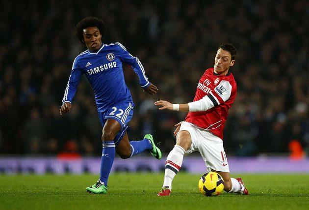 Záložník Arsenalu Mesut Özil (vpravo) v souboji o míč s Brazilcem Willianem z Chelsea.