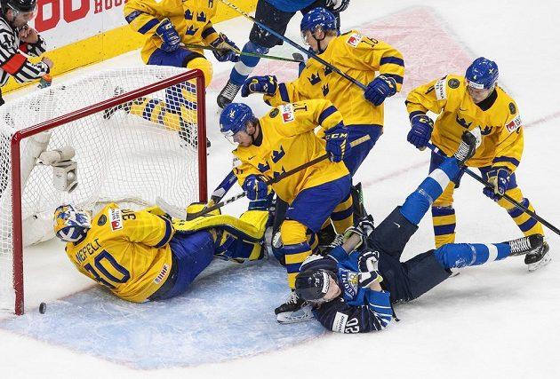 Závar před švédským brankářem Hugo Alnefeltem.