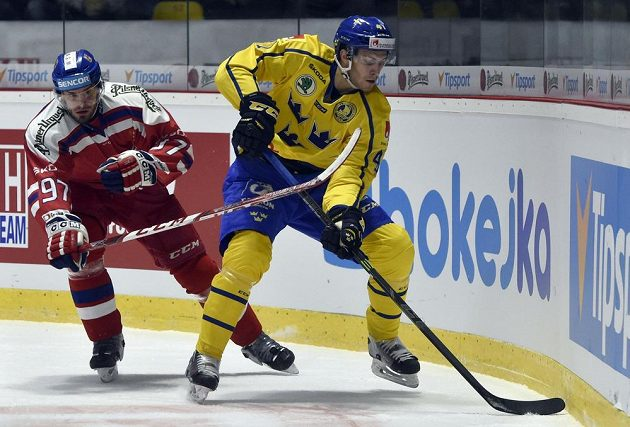 Josef Hrabal (vlevo) brání Alexandera Wennberga ze Švédska.