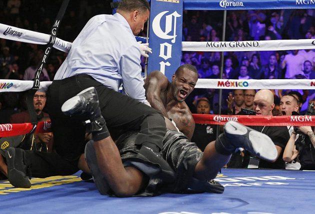 Oba borci bojovali o pás mistra světa organizace WBC v jakékoli poloze.