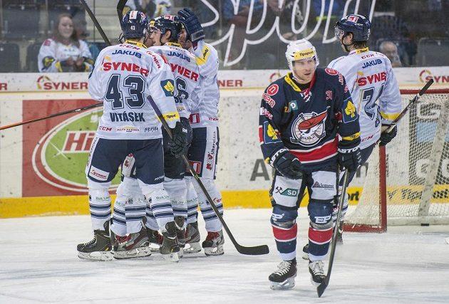 Liberečtí hokejisté se radují z gólu proti Chomutovu, který vstřelil Jan Víšek (druhý zleva). Vpředu odjíždí zklamaný chomutovský forvard Štěpán Hřebejk.