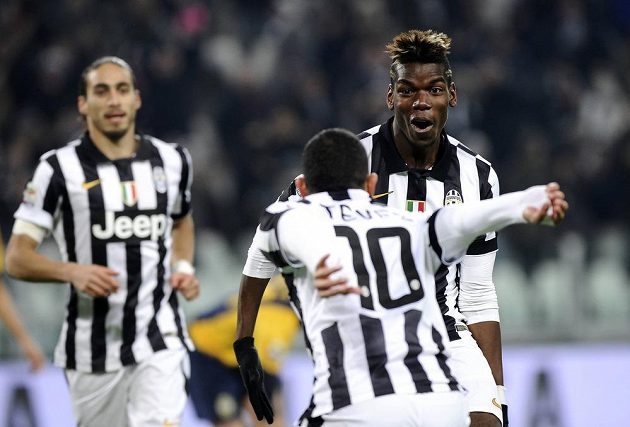 Fotbalisté Juventusu Carlos Tévez a Paul Pogba se radují z gólu do sítě Hellasu Verona.
