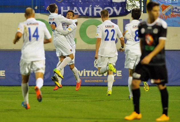 Hráči Baníku se radují z první branky proti Hradci, třetí zleva na snímku je střelec gólu Daniel Holzer.