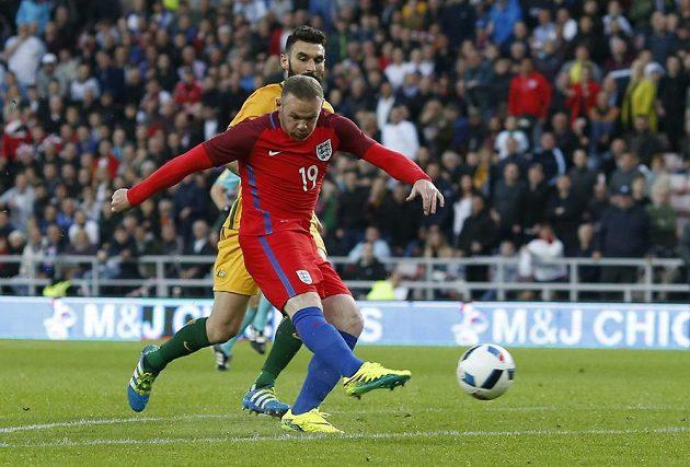 Anglický fotbalista Wayne Rooney střílí gól proti Austrálii.