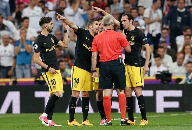 Fotbalisté Atlétika Madrid si měli co říct během úvodního semifinále Ligy mistrů i s rozhodčím Martinem Atkinsonem.