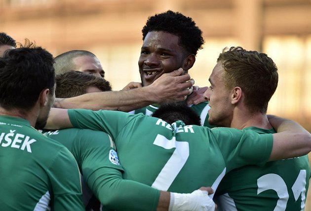 Autor pátého gólu Boheminas Benjamin Tetteh (uprotřed) přijímá gratulace od spoluhráčů.