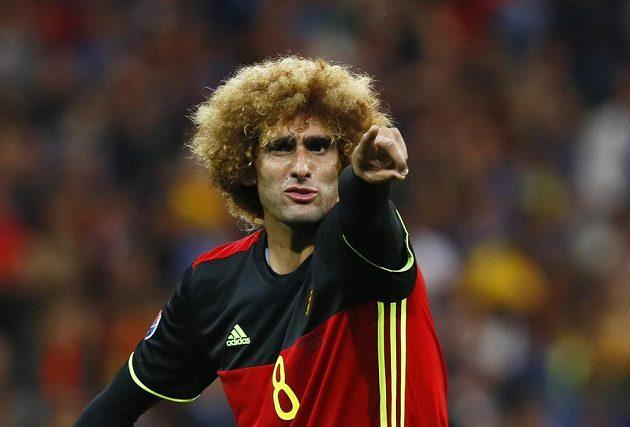 Belgičan Marouane Fellaini udílí pokyny spoluhráčům.