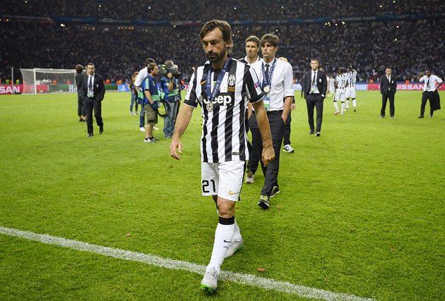 Zklamaní fotbalisté Juventusu opouštějí trávník po porážce s Barcelonou ve finále Ligy mistrů. Vpředu záložník Andrea Pirlo.