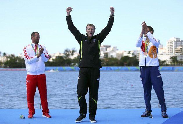 Novozélandský skifař Mahé Drysdale se raduje ze zlata. Vlevo je stříbrný Damir Martin, vpravo bronzový Ondřej Synek.