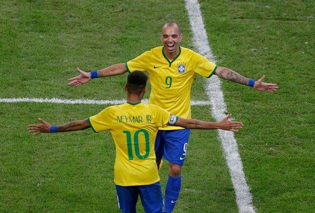 Brazilští útočníci Diego Tardelli (9) a Neymar slaví vítězství v přátelském zápase nad Argentinou.