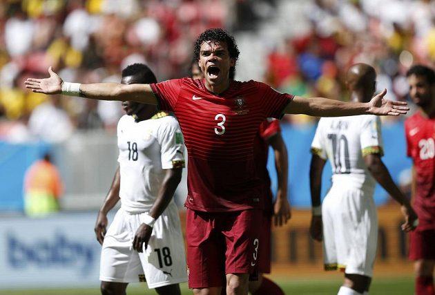 Stoper Portugalců Pepe protestuje v utkání s Ghanou proti výroku rozhodčího.