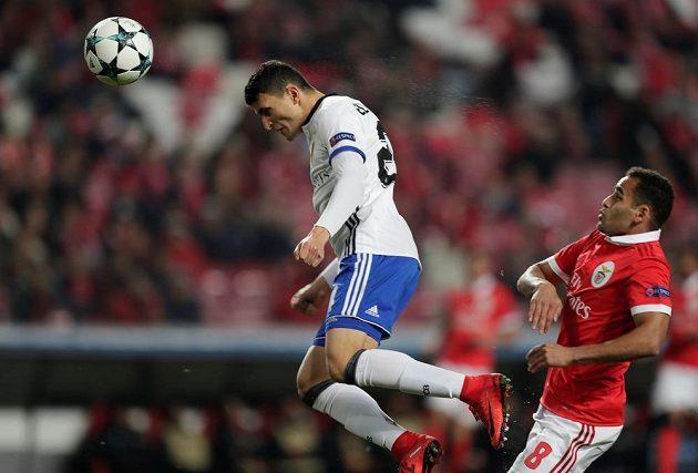 Mohamed Elyounoussi střílí gól Basileje na hřišti Benficy Lisabon.