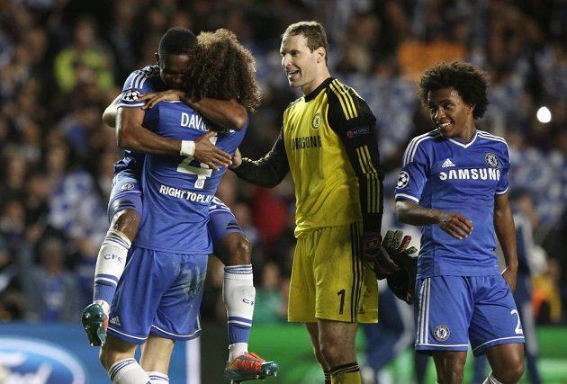 Radost hráčů Chelsea po čtvrtfinále LM s Paris SG. Uprostřed Petr Čech.