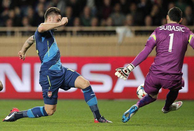 Útočník Arsenalu Olivier Giroud (vlevo) se snaží překonat brankáře Monaka Danijela Subašiče v odvetném osmifinálovém zápase Ligy mistrů.