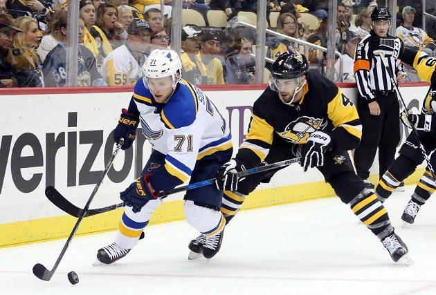 Český hokejový útočník Vladimír Sobotka se snaží uniknout obránci Pittsburghu Penguins Justinu Schultzovi v utkání NHL.