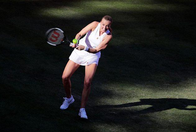 Petra Kvitová na berlínské trávě v zápase s Němkou Andreou Petkovicovou.