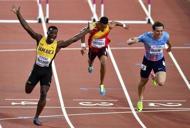 Jamajčan Omar McLeod slaví vítězství v závodě na 110 m překážek.