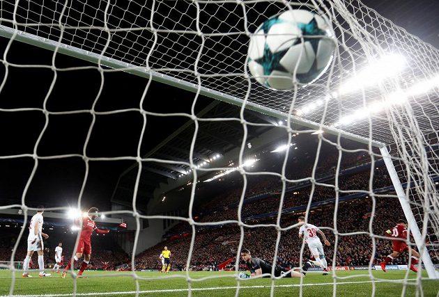 Liverpoolský Philippe Coutinho střílí svůj druhý gól v utkání proti Spartaku.