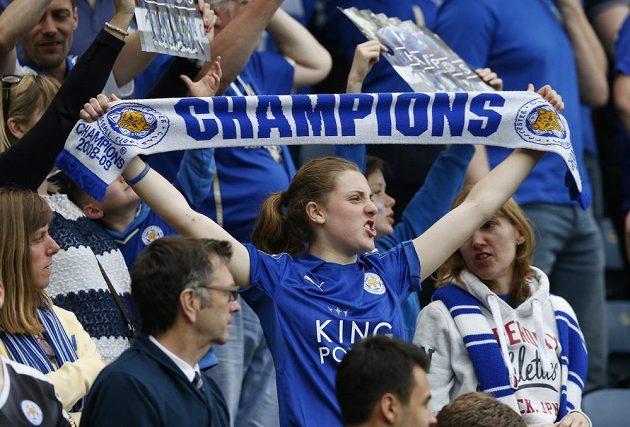 Fanoučci Leicesteru si užívali vítěznou atmosféru na stadiónu.
