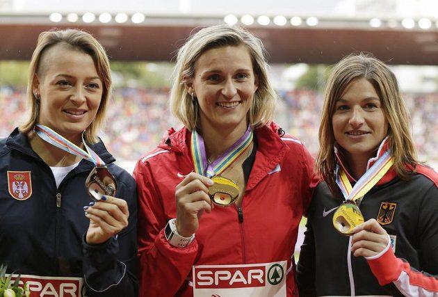 Oštěpařka Barbora Špotáková pózuje v Curychu se zlatou medailí. Vlevo je stříbrná Tatjana Jelačová ze Srbska, vpravo pak bronzová Linda Stahlová z Německa.