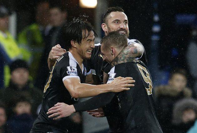 Shinji Okazaki (vlevo) se raduje z vlastní branky se spoluhráči z Leicesteru Jamiem Vardym (vpravo) and Marcinem Wasilewskim.