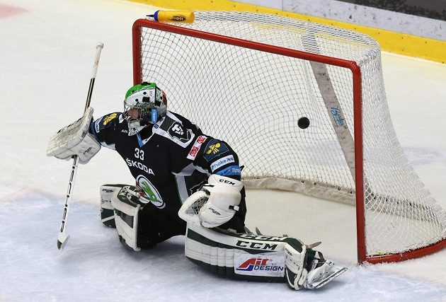 Brankář Mladé Boleslavi David Rittich inkasuje gól na ledě Třince.