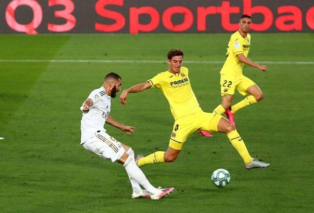 Karim Benzema z Realu dává gól v utkání s Villarrealem.