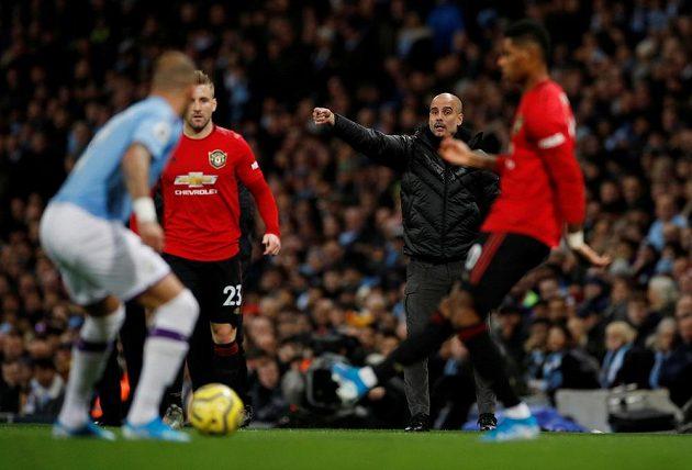 Pep Guardiola diriguje svůj tým v manchesterském derby