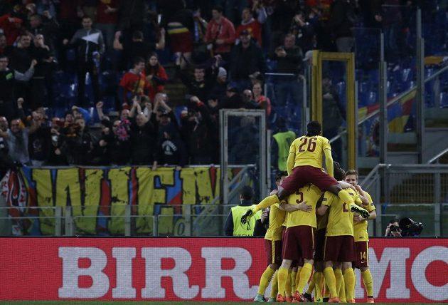 Fotbalisté Sparty slaví vedoucí gól Bořka Dočkala na římském Stadio Olimpico v odvetě osmifinále Evropské ligy.