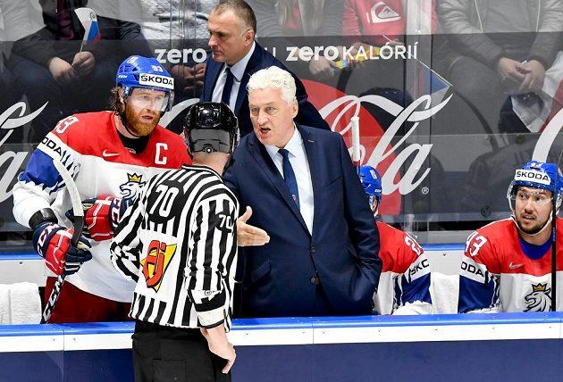 Kapitán českého týmu Jakub Voráček (vlevo) a trenér Miloš Říha diskutují s rozhodčím.