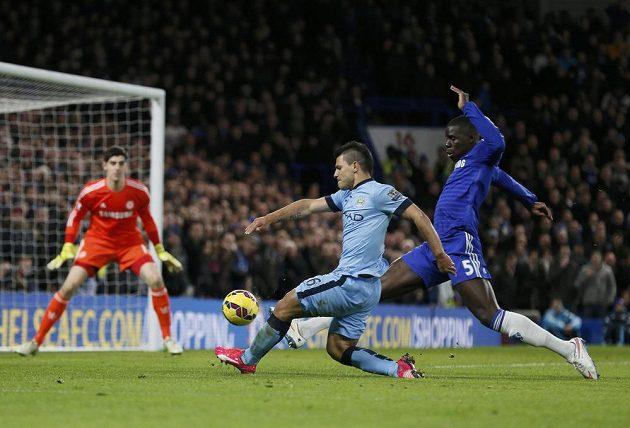 Sergio Agüero z Manchesteru City střílí na brankáře Chelsea Thibauta Courtoise.
