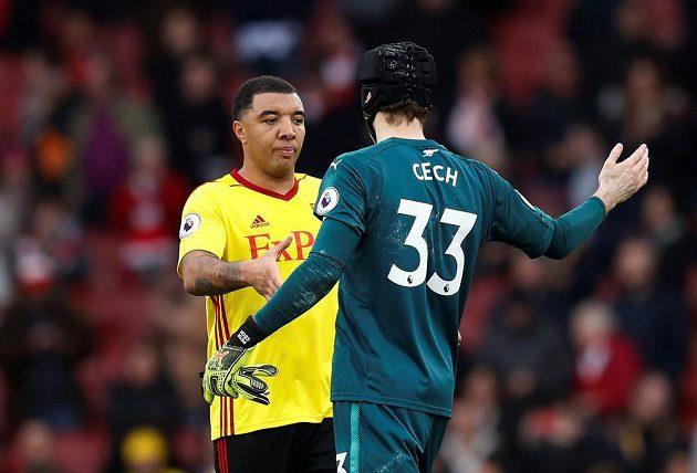 Neúspěšný penaltový střelec Troy Deeney z Watfordu gratuluje Petru Čechovi k 200. nule v Premier League