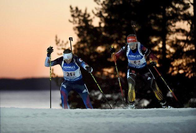 Americká biatlonistka Susan Dunkleeová (vlevo) a Němka Franziska Hildebrandová během štafetového závodu na MS v Kontiolahti.