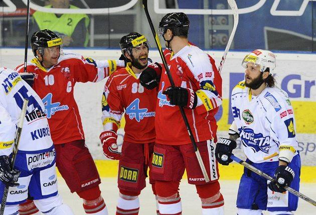 Zleva Pavel Patera, Erik Hrňa a Pavel Skrbek z Olomouce se radují z gólu.